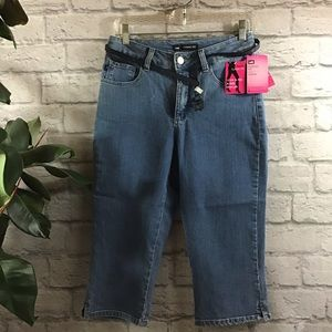 🆕 🍰 SALE! 3/$20 Lee classic fit cropped jeans